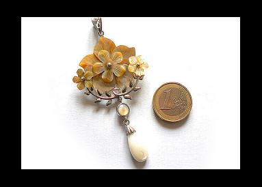 pendentif fleurs en nacre