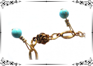 bracelet fantaisie avec turquoises véritables breloques détail