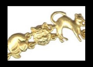 Bracelet métal doré avec chats détail 2