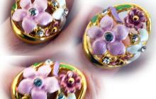 Bague dorée fleurs émail et strass rose et blanc