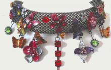 collier pendentifs multiples sur résille métal