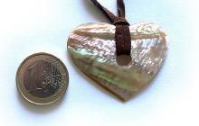 coeur en nacre véritable sur lien cuir