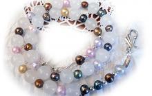 collier perles de culture multicolores et quartz blancs
