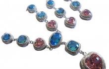 parure imitation topazes roses et bleus (zirconias) en forme de coeurs