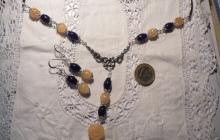 Parure quartz bleu foncé et citrines avec fleur citrine sculptée.