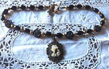 Collier en perles d'onyx avec grand camée en résine