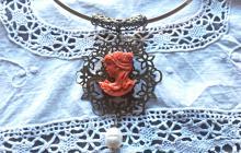 Grand camée original reproduction corail avec perle sur collier rigide