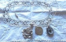 Lot de 2 pendentifs grenat et fimo et rose argentée