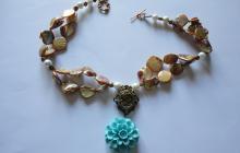 Collier nacre et pendentif fleur