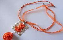 pendentif lady et rose en reproduction corail