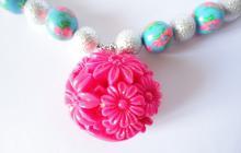 Collier fimo, acrylique et fleurs resine