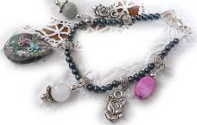 Bracelet perles fines avec breloques  vue globale